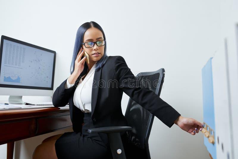 Gaveta de abertura da senhora do negócio fotos de stock