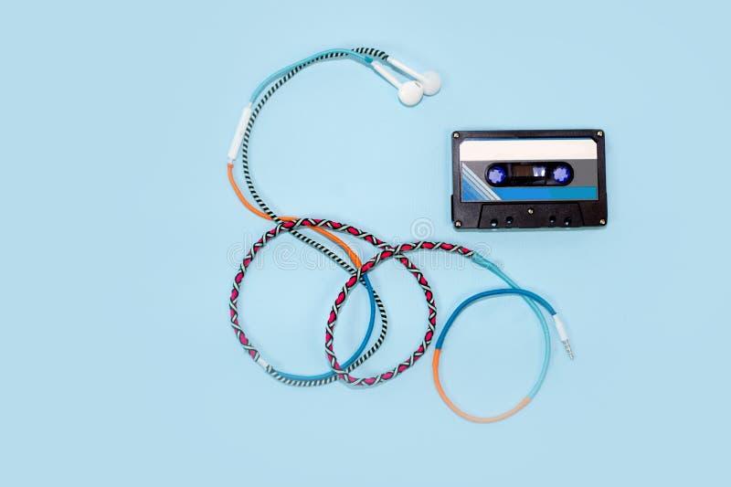 Gaveta de fita retro da vista superior com fone de ouvido colorido foto de stock royalty free