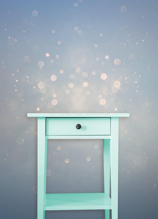 Gaveta de madeira da caixa da hortelã do vintage perto do fundo azul sonhador do brilho do vintage imagem de stock