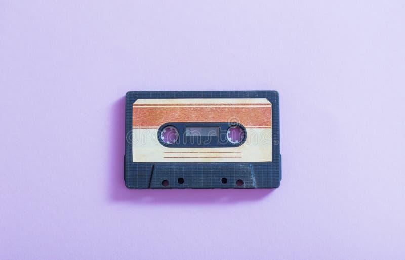 gaveta plástica no fundo violeta Conceito retro da m?sica imagem de stock royalty free