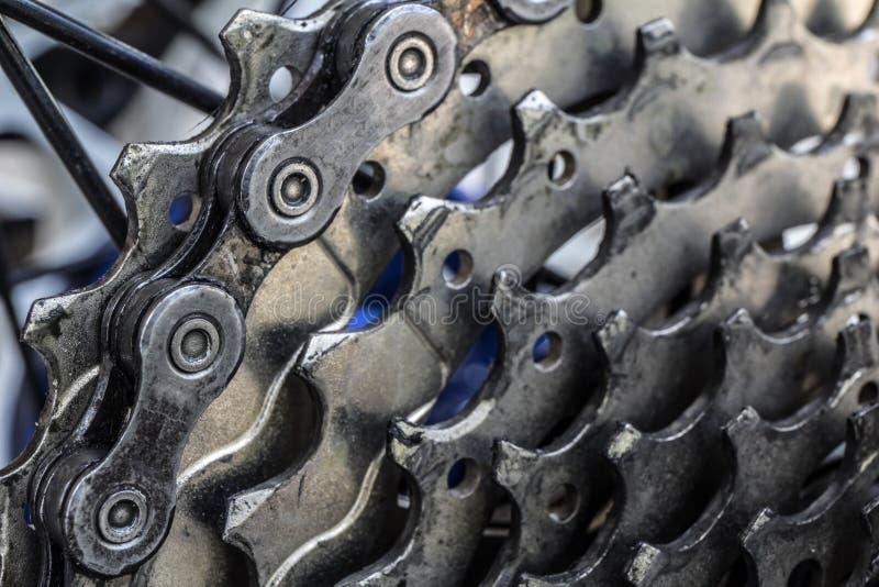 Gaveta traseira do Mountain bike na roda com fim da corrente acima fotografia de stock royalty free