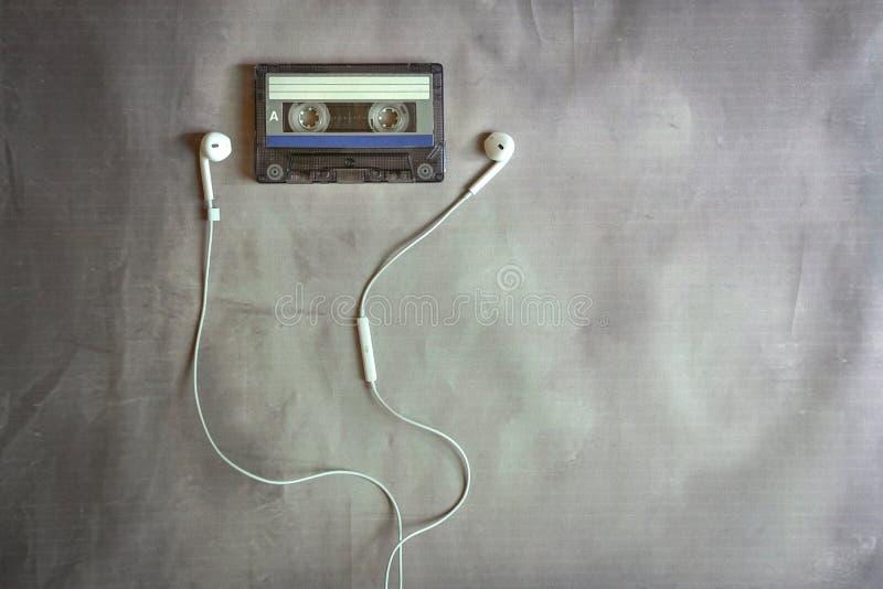 Gaveta velha com telefones da orelha fotos de stock
