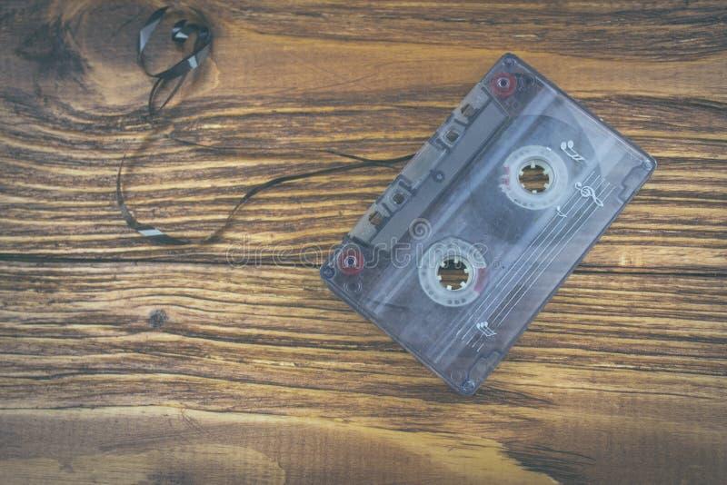 Gaveta velha em uma tabela de madeira foto de stock