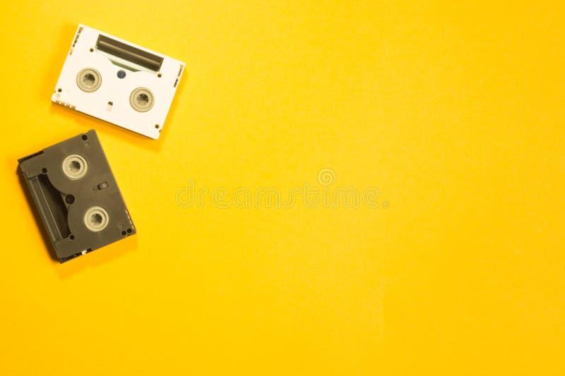Gaveta video de Digitas no fundo amarelo Mini Cassette Copie o espaço imagens de stock royalty free