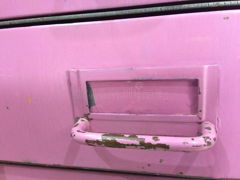 Gaveta violeta roxa da etiqueta da oxidação da casca da pintura da alfazema do armário de arquivo do vintage de Steampunk aberta fotos de stock royalty free