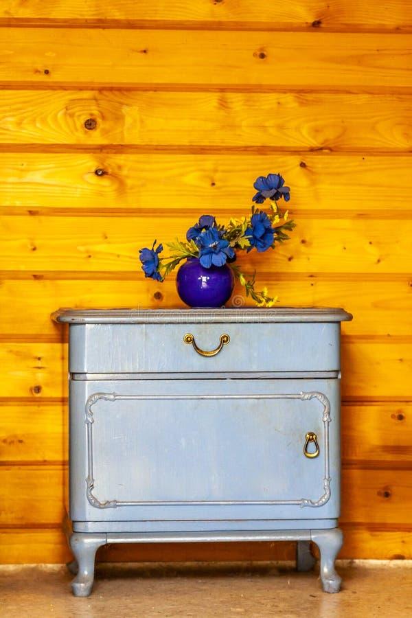 Gavetas azuis antigas colocadas na frente da parede de madeira imagens de stock