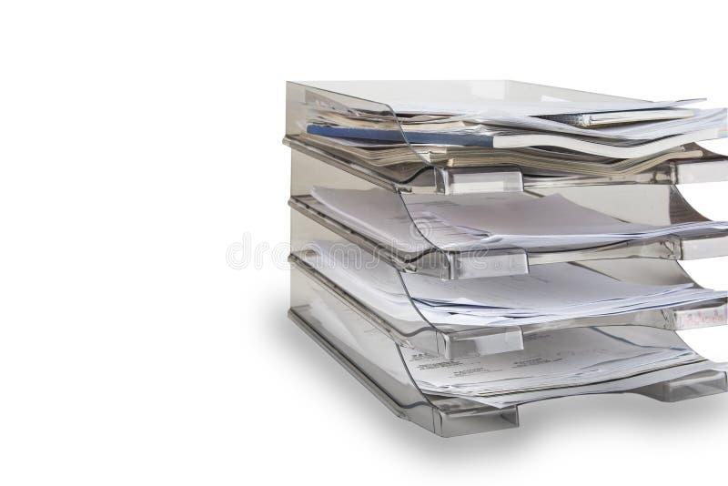 Gavetas de arquivo do Desktop completamente dos papéis no branco Bandeja de papel do escritório foto de stock