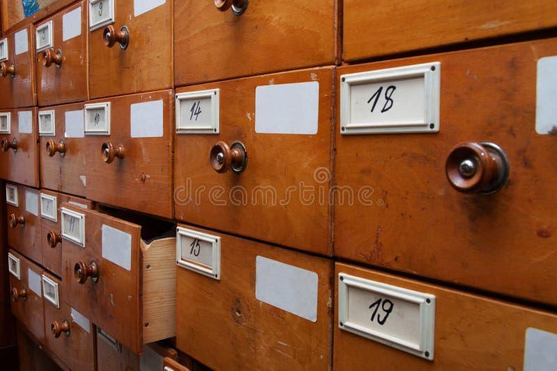 Gavetas de madeira do arquivo, vista lateral imagens de stock