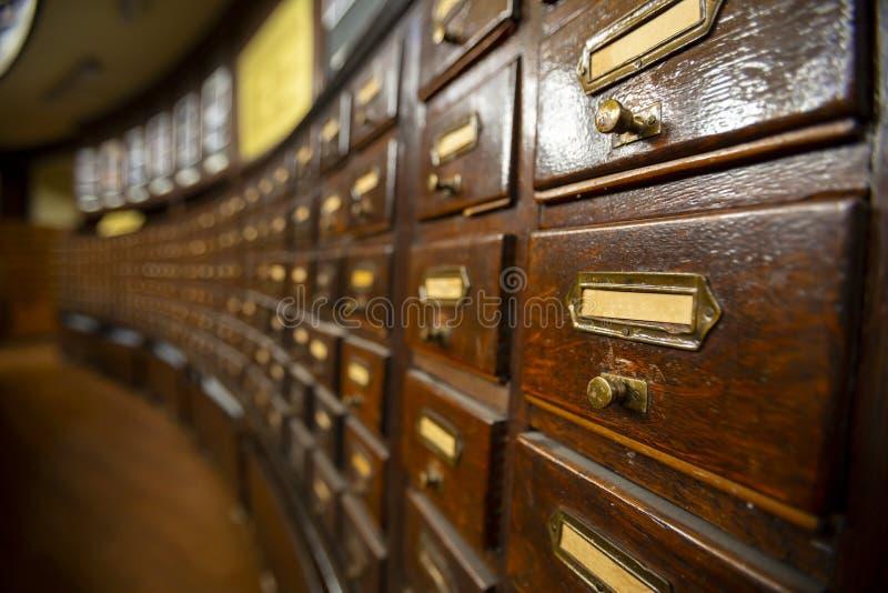 Gavetas de madeira em uma biblioteca velha fotografia de stock royalty free