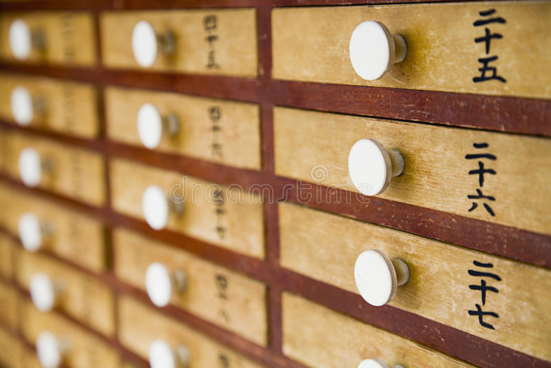 Gavetas de madeira pequenas com punhos brancos imagem de stock royalty free