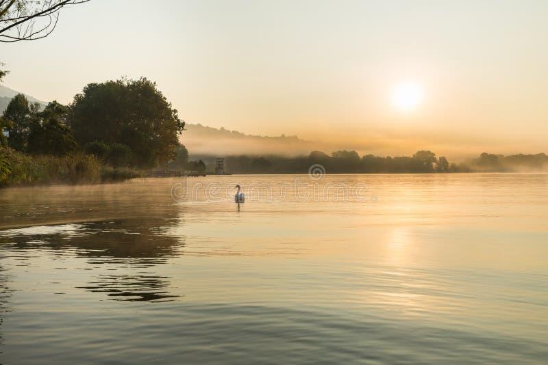 Gavirate e lago Varese, província de Varese, Itália imagens de stock