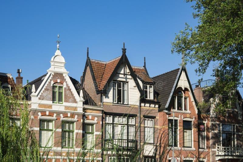 Gavlar av typiska holländska hus, Alkmaar, Nederländerna royaltyfri fotografi