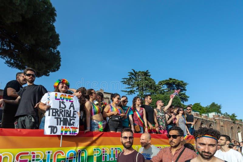 Gay Pride en Roma, Italia Muchedumbre de manifestantes en el cuadrado imagen de archivo libre de regalías