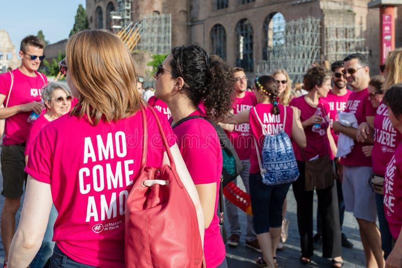 Gay Pride en Roma, Italia Muchedumbre de manifestantes en el cuadrado imágenes de archivo libres de regalías