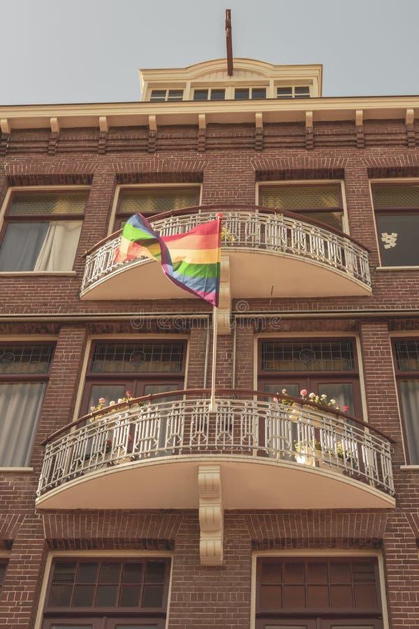 Gay Pride Rainbow Flag in una via nel centro urbano storico di Amsterdam È una delle città più romantiche e più belle dentro fotografia stock libera da diritti