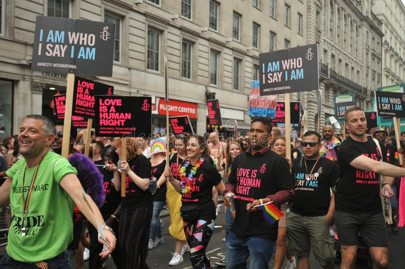 Gay pride sostenente di Amnesty International a Londra, Inghilterra 2019 fotografia stock libera da diritti