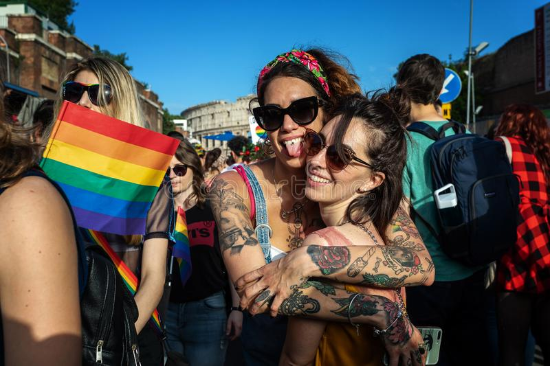 Gay Pride, um par lésbica na demonstração no quadrado fotos de stock royalty free