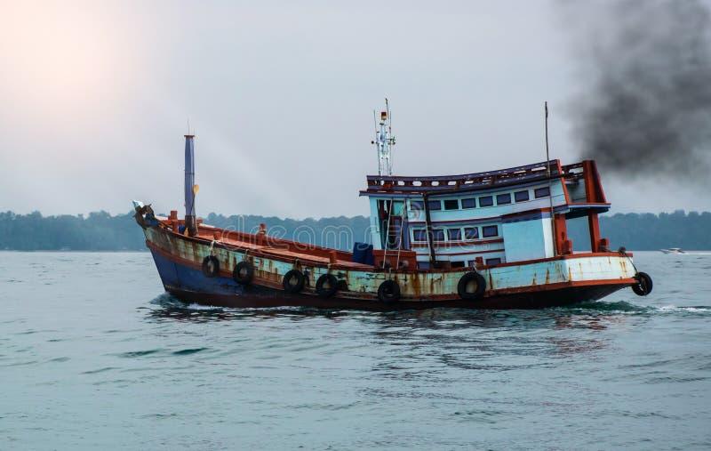 Gaz de combustion sortant du pot d'échappement de bateau de transport, concept de pollution atmosphérique images stock