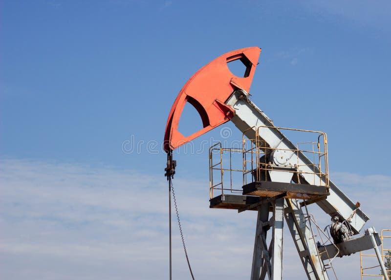 Gaz et essence de puits de pétrole bien contre le ciel bleu, plan rapproché, extraction de pétrole, équipement, extraction, envir photo libre de droits