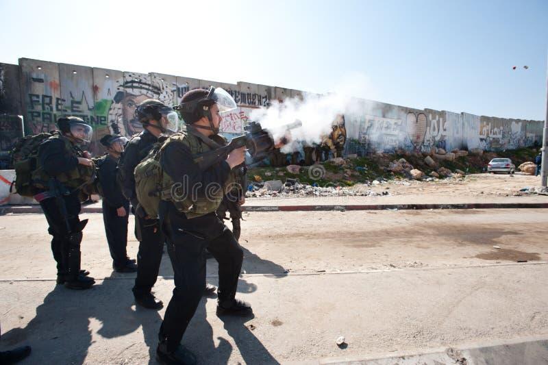 Gaz lacrymogène israélien d'incendie de soldats image stock