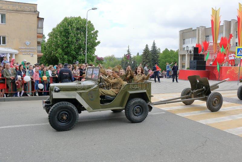 GAZ-67 lleva el arma divisional Victory Day Parade Pyatigorsk, Rusia imágenes de archivo libres de regalías