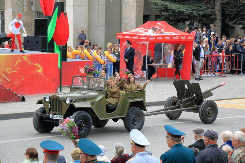 GAZ-67 lleva el arma divisional Victory Day Parade Pyatigorsk, Rusia foto de archivo libre de regalías