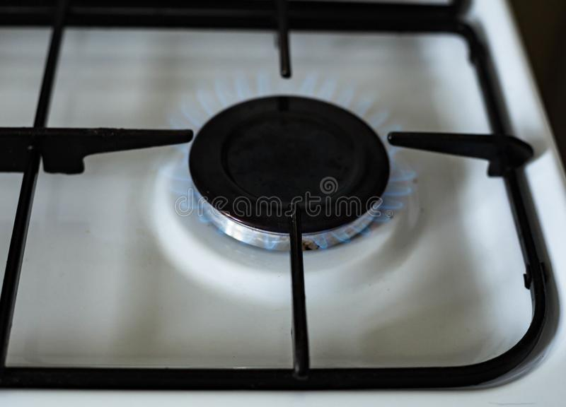 Gaz naturel br?lant dans la cuisini?re ? gaz de cuisine images libres de droits