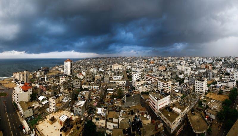 Gaza stad i en dag som fylls med moln av stigning royaltyfri bild