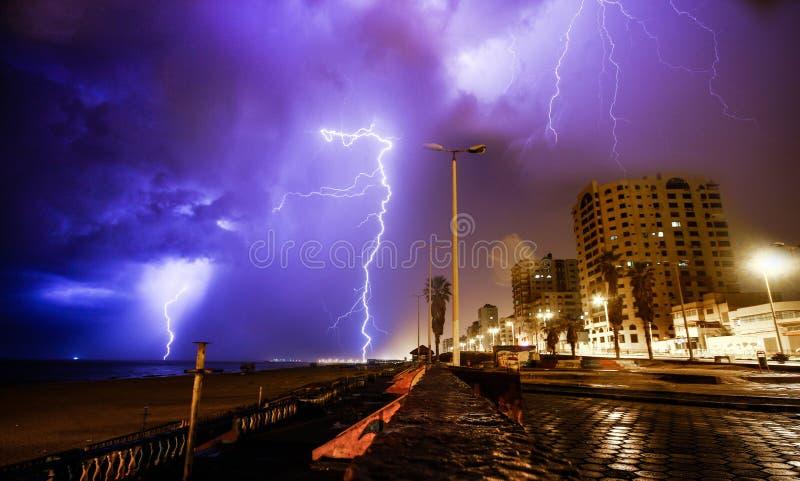 Gaza-Stadt Schlag des Blitzes helle enorme stockfoto