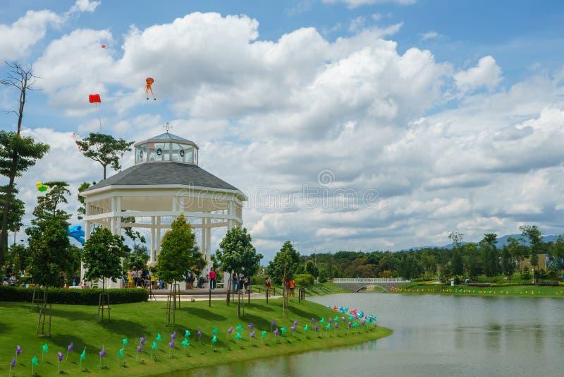 Gazebo al bello giardino del lago immagini stock libere da diritti