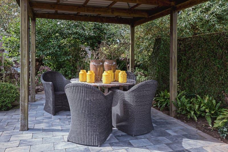 Gazebo ammobiliato di insieme decorativo del giardino fotografia stock
