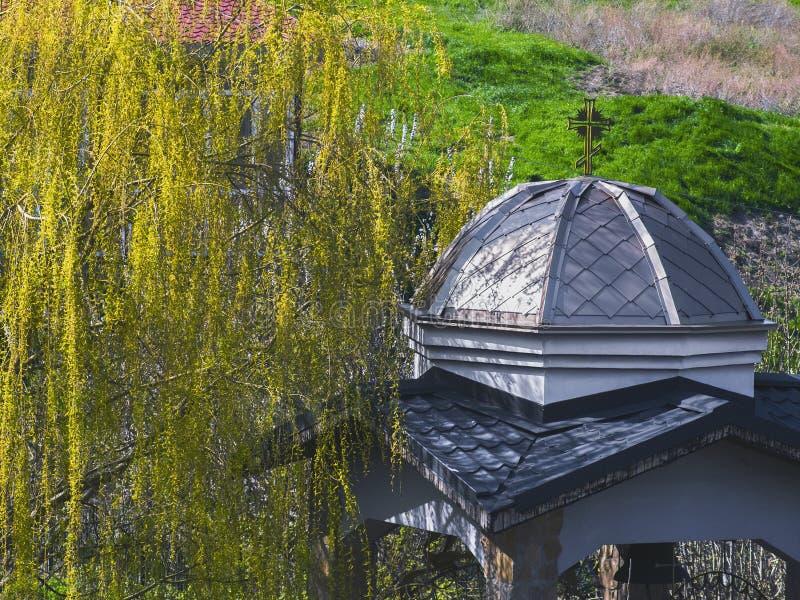 Gazebo antiguo agradable en el parque foto de archivo libre de regalías