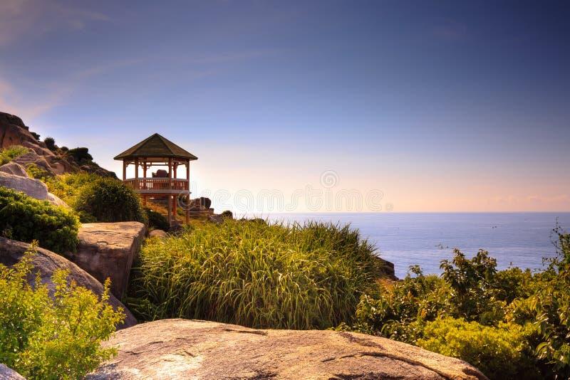 Gazebo auf dem Bergblick zum Meer stockfotografie