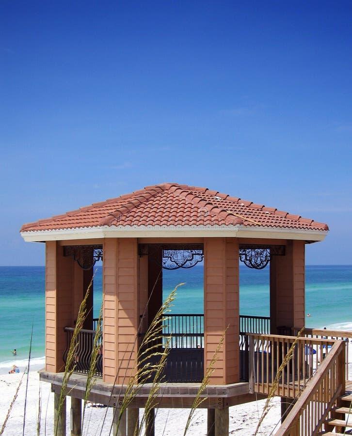 Gazebo auf Strand lizenzfreies stockbild