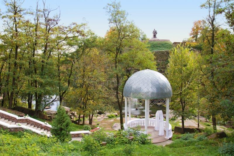 Gazebo blanco hermoso de la boda en parque fotografía de archivo libre de regalías