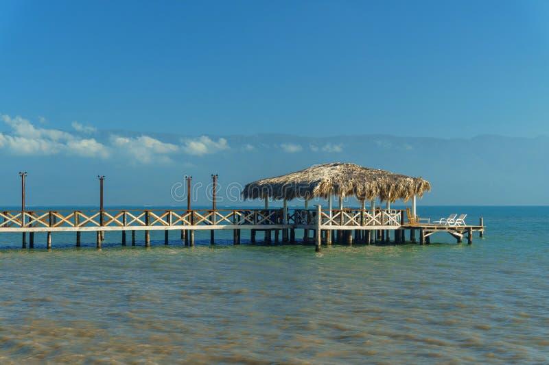 Gazebo con un puente en el mar, concepto de las vacaciones imagen de archivo