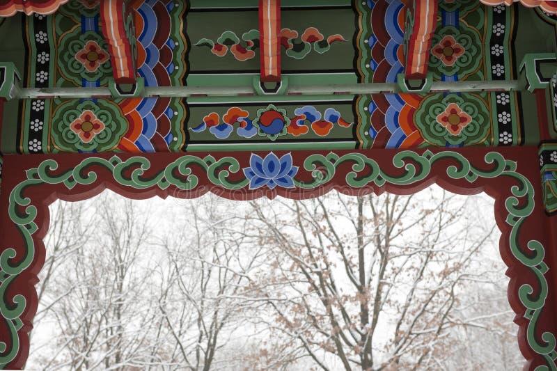 Gazebo coreano tradicional del jardín fotos de archivo