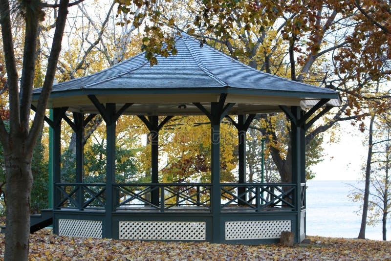Gazebo d'automne sur le lac photographie stock