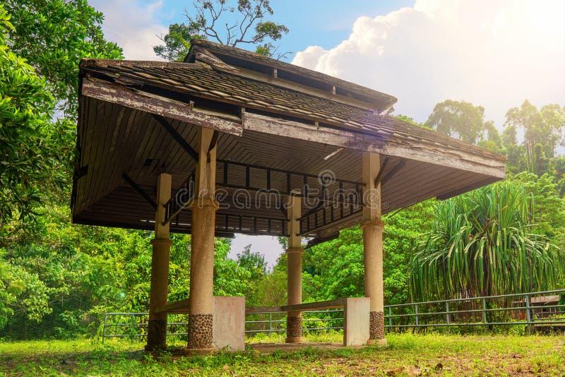 Gazebo de madera cerca de la cascada de Fahrenheit del chong, Khao Lak, Tailandia Fondo verde del bosque fotografía de archivo