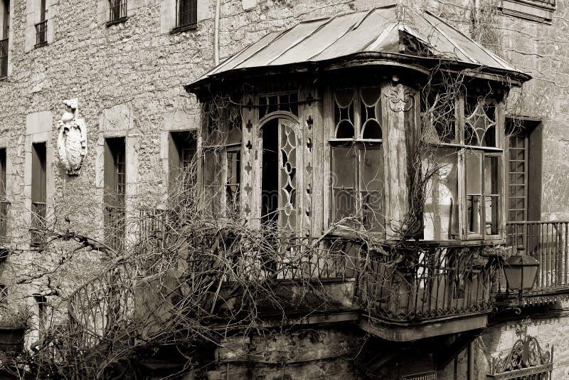 Gazebo de madera viejo y dilapidado con el balcón Bergara foto de archivo libre de regalías