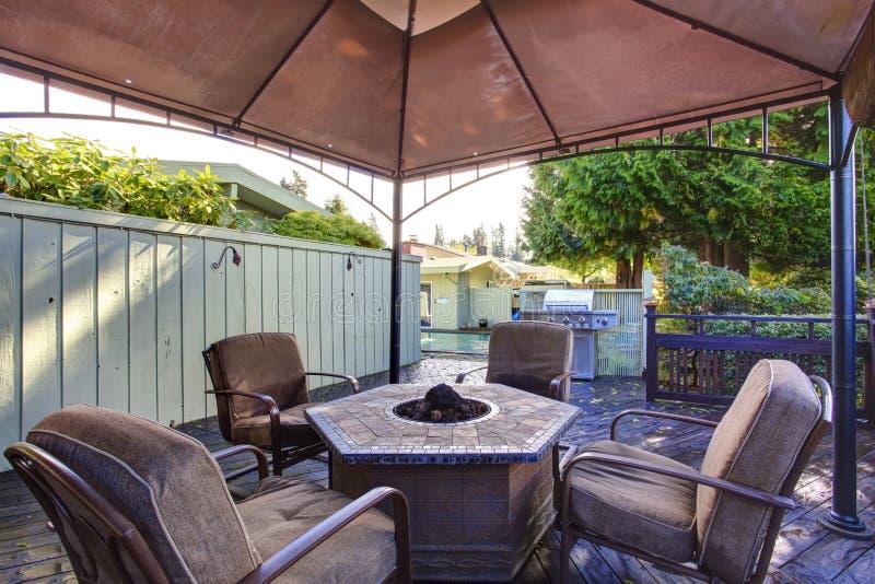 Gazebo del cortile con l'insieme del patio immagine stock