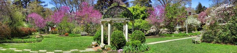 Gazebo del jardín del templo de los jardines botánicos del parque de Sayen foto de archivo libre de regalías