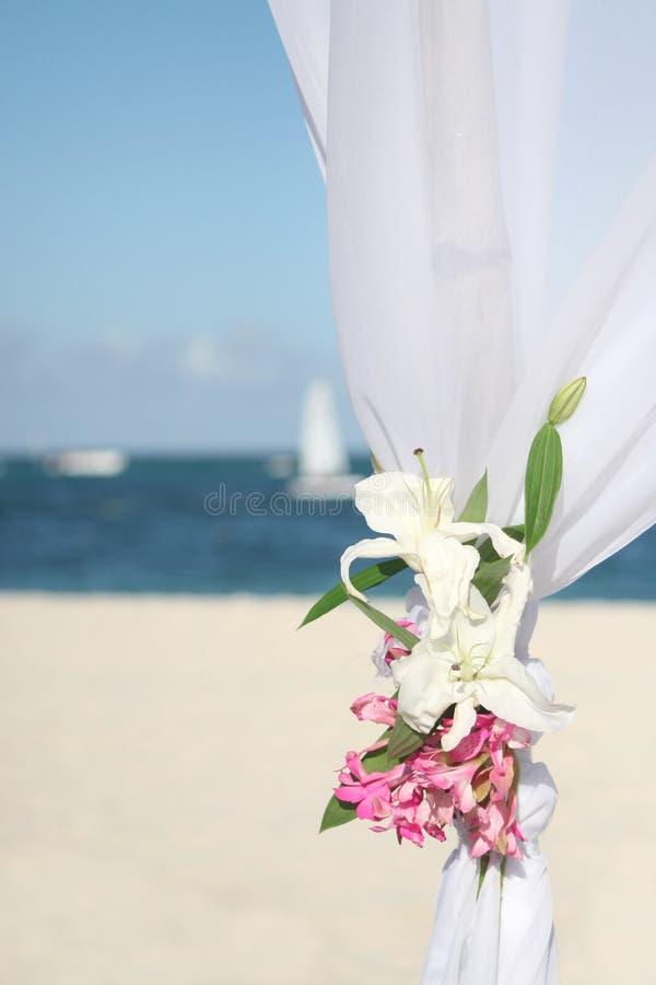 Gazebo di cerimonia nuziale sulla spiaggia immagine stock