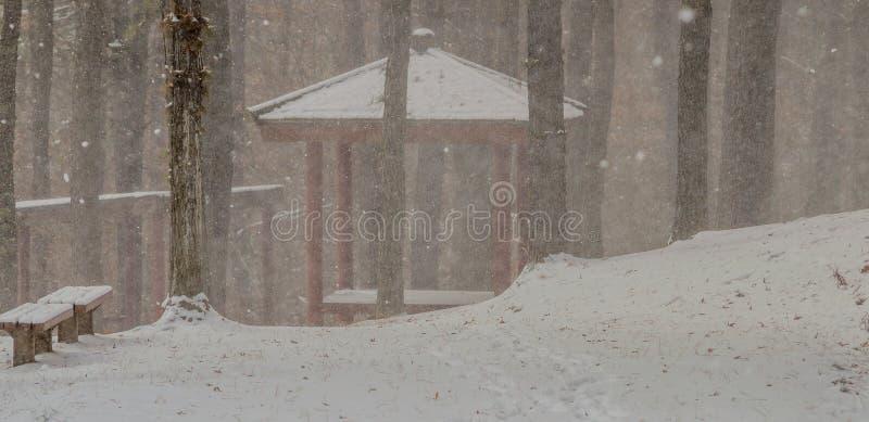 Gazebo in een park tijdens een sneeuwonweer royalty-vrije stock afbeeldingen