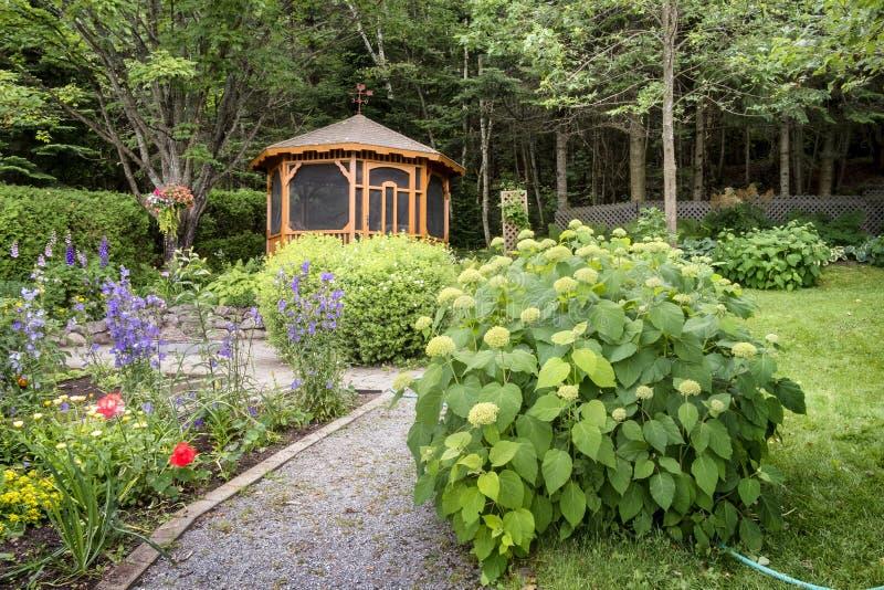 Gazebo em um jardim imagens de stock