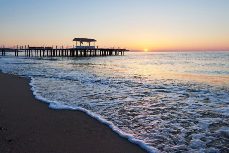 gazebo en el embarcadero de madera en el mar con el sol en la puesta del sol fotografía de archivo