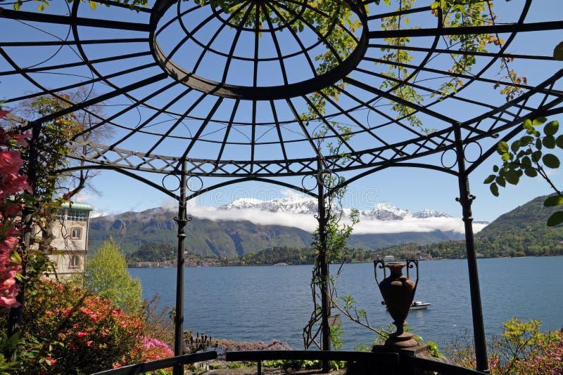 Gazebo en el lago Como fotografía de archivo libre de regalías
