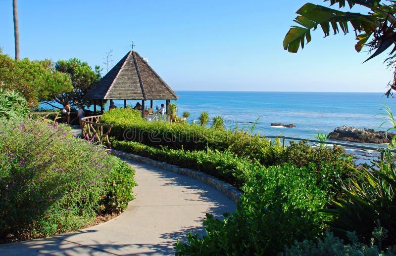 Gazebo en el parque de Heisler, Laguna Beach, California o imagenes de archivo