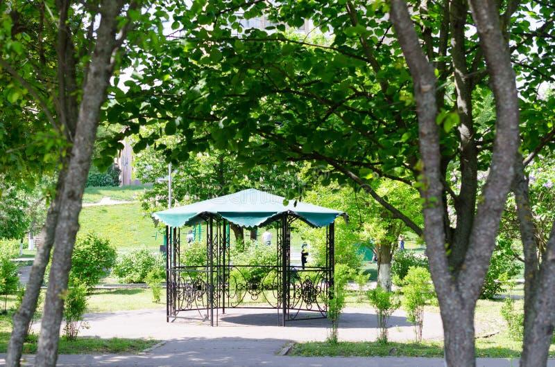 Gazebo en el parque de la primavera imagen de archivo