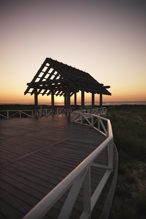 Gazebo en la costa. imagen de archivo